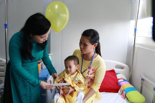Bộ trưởng Kim Tiến thăm hỏi và tặng quà cho những bệnh nhân nhi ung thư