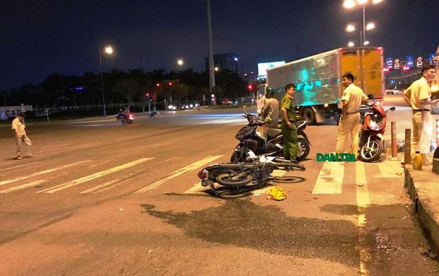 Một số nhân chứng cho biết, chiếc xe cứu thương có liên quan đến vụ tai nạn khiến người đàn ông đi xe máy bị thương. Sau đó, phương tiện này chở nạn nhân đi đâu không rõ.