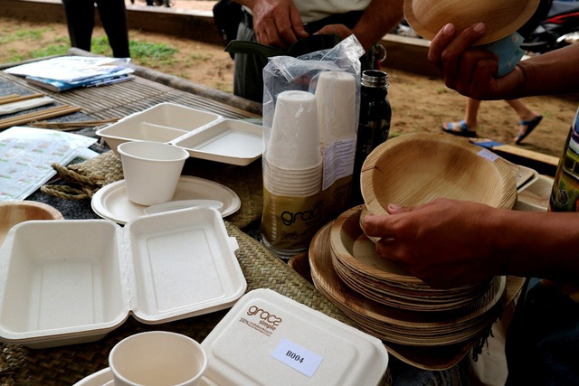 Các sản phẩm thân thiện như khay làm từ mo cau tự nhiên được dập theo khuông thường được các nhà hàng ưa chuộng; hộp đựng thức ăn, ly uống nước bằng bã mía; ống hút tre thay cho ống hút nhựa…