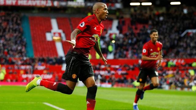 Young ăn mừng bàn thắng mở tỉ số cho Man Utd