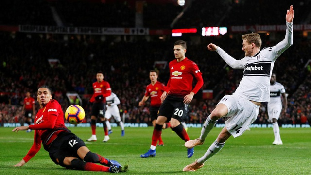 Fulham (áo trắng) dâng cao tấn công trong hiệp hai
