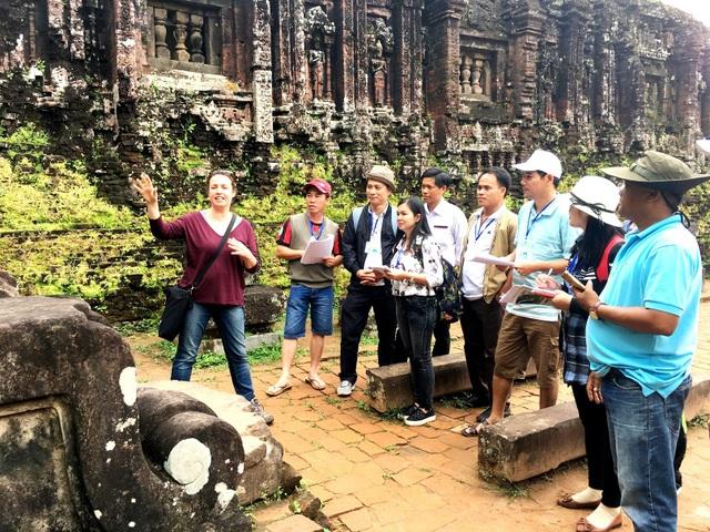 Các học viên tham gia dự án học nghề thực địa tại tháp G