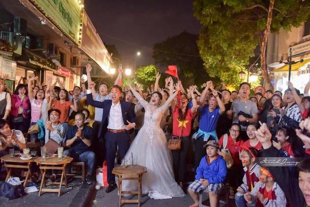 Khoảnh khắc ấn tượng khi cô dâu, chú rể quyết định bỏ chụp ảnh cưới cổ vũ đội tuyển Việt Nam