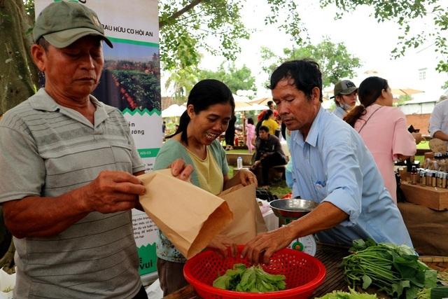 Nông dân có cơ hội quảng bá sản phẩm an toàn của mình, người dân và du khách có cơ hội biết đến và sử dụng sản phẩm sạch, an toàn…