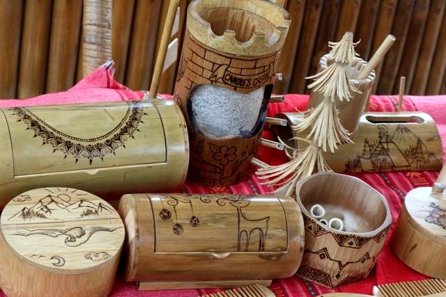 Sản phẩm lưu niệm từ tre của anh Võ Tấn Tân (Cẩm Thanh, Hội An) giới thiệu đến du khách - một sản phẩm thân thiện môi trường