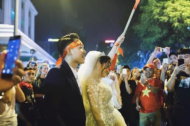 Khoảnh khắc cô dâu, chú rể nổi bật trong biển người ăn mừng chiến thắng. Ảnh: Hoàng Ken