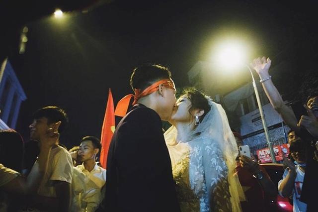 Trong rừng cờ đỏ, sao vàng cô dâu chú rể ngập tràn hạnh phúc. Ảnh: Hoàng Ken