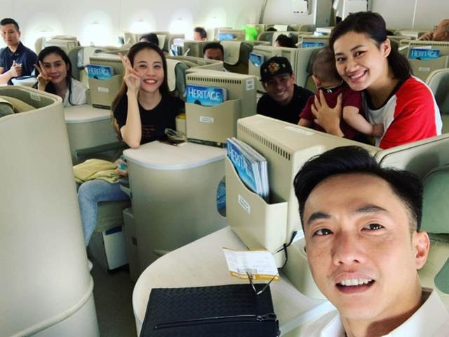 Cường Đôla công khai hình cùng bạn gái Đàm Thu Trang trong chuyến bay ra Hà Nội. Có tin đồn cả hai sẽ kết hôn vào tháng 5/2019. Thu Trang còn hài hước chia sẻ cùng người hâm mộ cả hai đang để dành tiền.