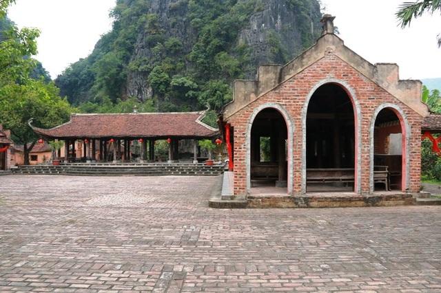 Chủ nhân của đình làng là ông Nguyễn Văn Thoa (55 tuổi) - người đam mê sưu tầm nhà cổ, cùng là chủ nhân của khu làng Việt cổ Cố Viên Lầu có một không hai ở cố đô Hoa Lư.