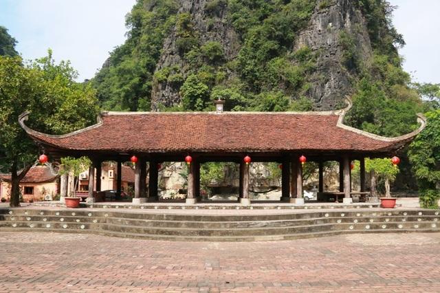 Ngôi đình làng có tuổi đời 150 năm được đưa từ huyện Thanh Liêm (Hà Nam) về trưng bày và bảo tồn ở khu làng Việt cổ - Cố Viên Lầu (Hoa Lư, Ninh Bình) hơn chục năm qua.