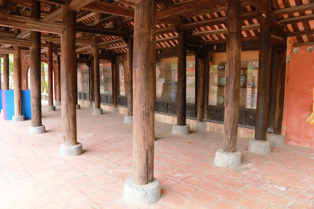 Các hàng cột ở Tả và Hữu môn cũng được dựng trên những phiến đá xanh tròn nguyên khối rắn chắc. Những khối đá này là móng nhà để cho đình làng đứng vững, trường tồn với thời gian, không bị lún, ẩm mốc xâm hại.