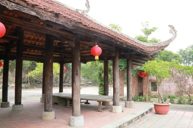 Đình làng có lối kiến trúc hiên tiền xung quanh. Quần thể đình gồm: Đình chính, Tả môn, Hữu môn và có sân đình rộng lớn. Đình làm bằng gỗ lim, lợp ngói vảy cá, đình chính có mái cong vút.