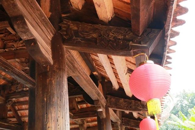Các cột, kèo, vì đều được trạm khắc nổi hình lá, hoa sen rất độc đáo mang đậm chất văn hóa Việt. Đình Thanh Liêm cũng là một trong những ngôi đình có tuổi đời cao, lưu giữ nét tinh hoa của người Việt xưa ở khu vực châu thổ đồng bằng sông Hồng.