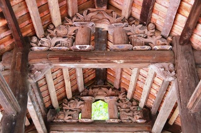 Đình làng Thanh Liêm (tên gọi đặt theo địa danh sưu tầm) có nét kiến trúc độc đáo, nhiều hoa văn tinh xảo được trạm khắc tỉ mỉ như hoa và lá sen, chồng dường - kẻ bảy đều được trạm khắc.