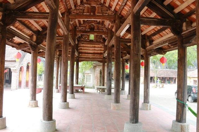 Đình chính có 7 gian làm hoàn toàn bằng gỗ lim. Các cột chính của đình bên dưới được dựng trên những khối đá tròn có chân rộng tạo nên sự vững chãi. Xung quanh Đình chính không có tường, bốn mặt thông thoáng với diện tích sử dụng hơn 100m2.