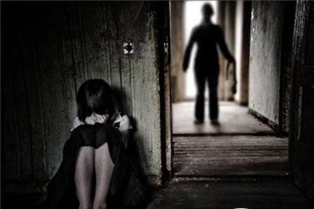 Bị đe dọa không được nói ra chuyện bị hiếp dâm nên khi gặp Sang cháu bé luôn hoảng sợ (ảnh minh họa)