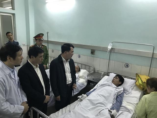 Ông Lê Khắc Nam, Phó chủ tịch UBND thành phố thăm hỏi và trao tiền hỗ trợ của thành phố cho các nạn nhân đang điều trị tại bệnh viện Việt Tiệp