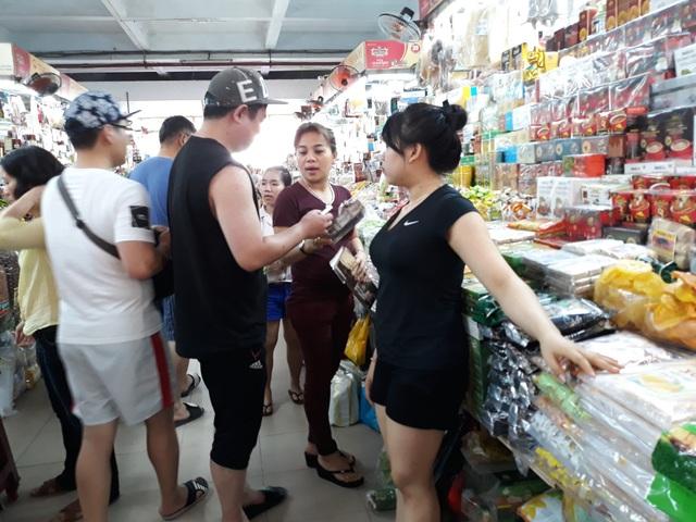 Khách hàng mua sắm tại chợ Hàn có thể dễ dàng truy xuất nguồn gốc thực phẩm bằng cách sử dụng điện thoại thông minh chụp và quét mã QR code.