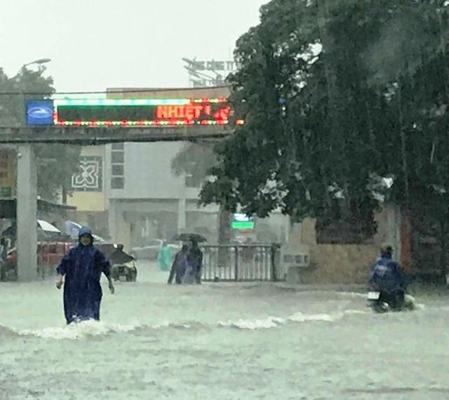 """""""Hố tử thần"""" xuất hiện trong trận mưa-ngập bất thường ở TP Vinh - 3"""