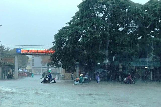 """""""Hố tử thần"""" xuất hiện trong trận mưa-ngập bất thường ở TP Vinh - 2"""