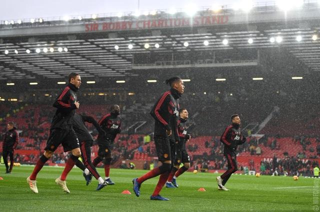 Các cầu thủ Man Utd khởi động trước khi bắt đầu trận đấu