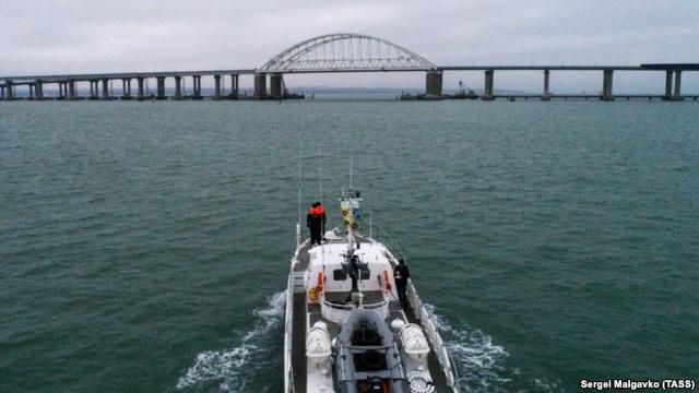 Một tàu tuần tra của Nga tiến về phía cây cầu nối eo biển Kerch (Ảnh: TASS)