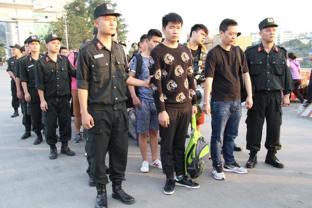 Công an tỉnh Lào Cai bàn giao các đối tượng cho Công an Trung Quốc (Ảnh: Bá Ngọc).