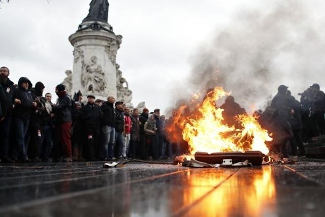 Thủ tướng Pháp đối thoại với người biểu tình tối 7.12. (Ảnh: AP)