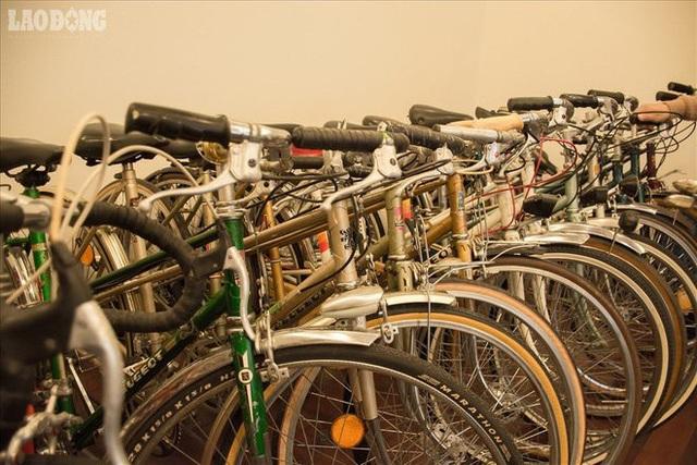 Xe đạp Peugeot ăn vào tiềm thức của người Hà Nội. Không chỉ có người già muốn sống lại cái thời một chiếc Peugeot có thể đáng giá cả một căn nhà mà những người trẻ cũng đang bị những chiếc xe đạp đáng tuổi bố mẹ mình làm cho mê mẩn. Chơi xe đạp cổ cũng là một cách để sống chậm lại.