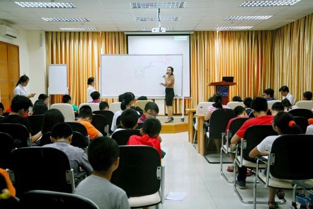 """""""Với Ngoại ngữ, không có phương pháp nào thực sự tối ưu cả, mọi thứ đều dựa trên sự linh hoạt, sáng tạo giữa hàng loạt phương pháp dạy học chỉ sau khi nhận định rõ khả năng tiếp thu, năng lực của từng học sinh""""- Chị Mai Anh bộc bạch."""