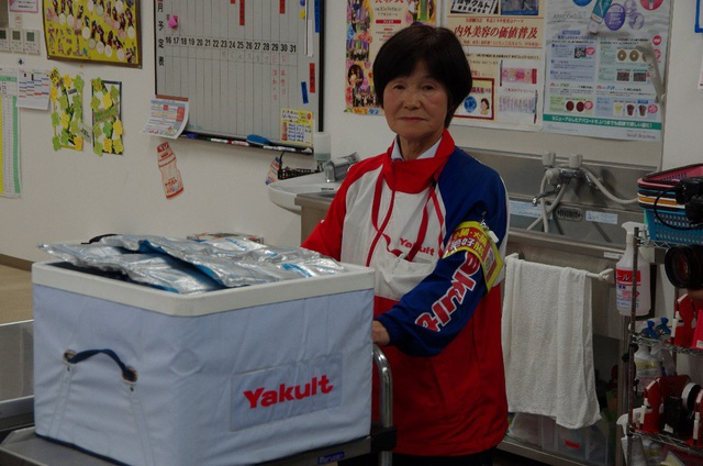 Bà Fuku Kato – một Yakult Lady tại Tokyo, Nhật Bản và thùng sản phẩm Yakult