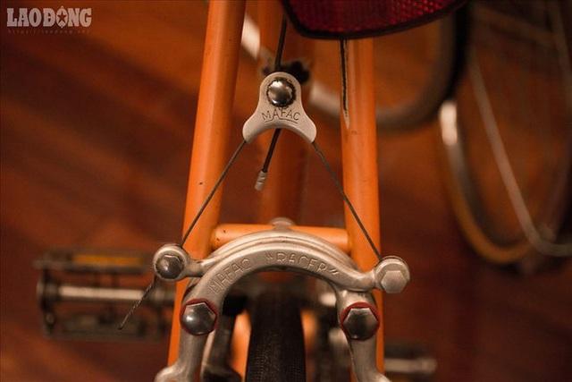 """Ông Tình cho biết: """"Tôi có 3 nguyên tắc trong việc sưu tập xe đạp Peugeot: Một là chiếc xe phải cổ, hai là nguyên bản và ba là sử dụng được. Tôi coi mỗi chiếc xe đạp như một người bạn của mình"""". Chính vì vậy, những chiếc xe cổ của ông dù có tuổi thọ lên đến 70-80 năm vẫn rất mới."""