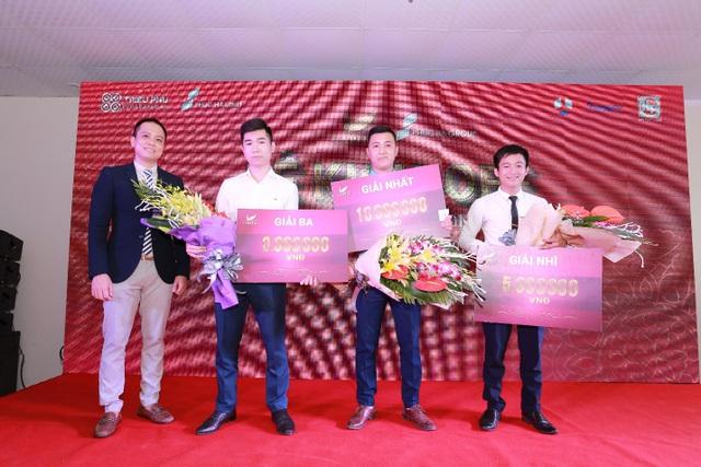 3 nhân viên kinh doanh đã may mắn nhận được giải thưởng tiền mặt giá trị từ chủ đầu tư.