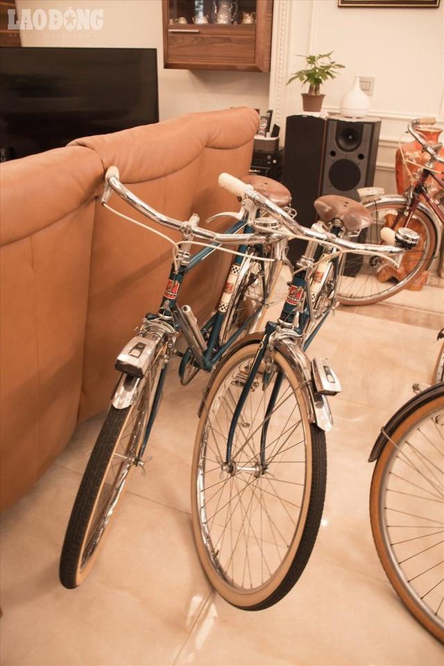 """Đặc biệt, ông Tình còn có sở thích """"mai mối"""" cho những chiếc xe đạp: """"Các phương tiện giao thông đa số không có giới tính, riêng xe đạp có giống đực và giống cái. Từ đó ông quyết định ghép đôi cho xe với tiêu chí cùng màu, cùng đời""""."""