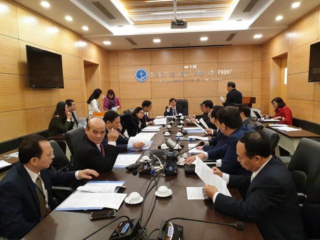 Hội đồng chấm thi họp, tiến hành bốc thăm thứ tự thuyết trình đề án của 4 ứng viên.