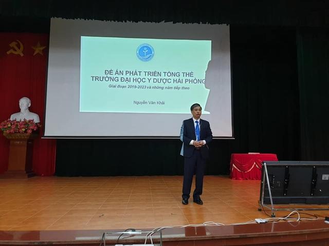 Ông Nguyễn Văn Khải, hiện là Phó Bí thư thường trực Đảng ủy, Phó Hiệu trưởng thực hiện thuyết trình đề án đầu tiên.