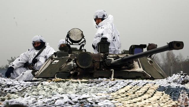 Lính Ukraine tham gia cuộc tập trận ngày 3/12. (Ảnh: AP)