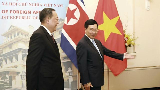 Bộ trưởng Bộ Ngoại giao Triều Tiên vừa sang thăm Việt Nam để nghiên cứu cải cách nền kinh tế thành công của nước ta.