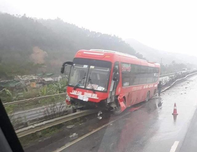 Nhiều mảnh vỡ của chiếc xe khách rơi vãi ra đường sau vụ tai nạn.