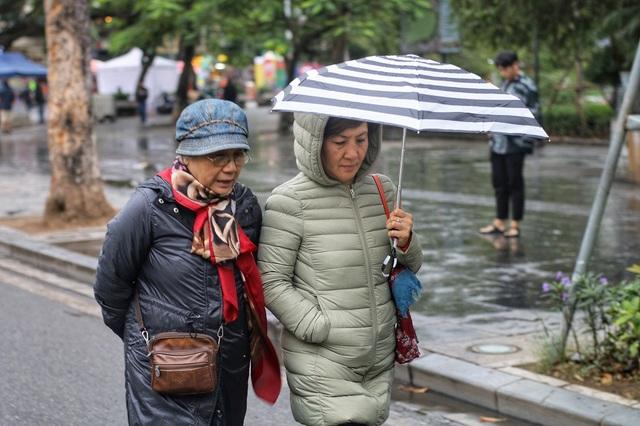 Nhiệt độ giảm đột xuất kèm với mưa nhỏ kéo dài cả ngày khiến cuộc sống của người dân Thủ đô có chút đảo lộn trong những ngày đầu tiên trở lạnh.