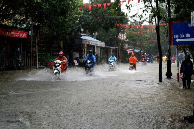 Nước ngập sâu ở đường Hùng Vương, TP Hội An khiến giao thông ngưng trệ
