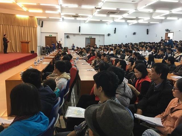 Hàng trăm thí sinh lắng nghe tư vấn về các ngành học của trường ĐH Việt Pháp
