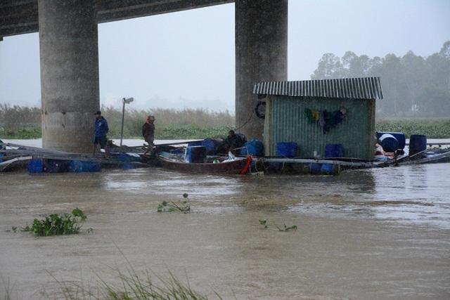 Các lồng cá bị mắc kẹt dưới chân cầu Điện Biên Phủ