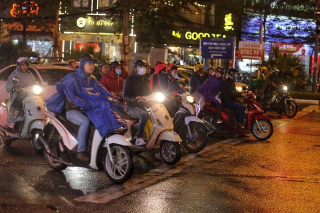 Những người đi xe máy sẽ cảm nhận rõ nhất cái lạnh tê tái của mùa đông Hà Nội.