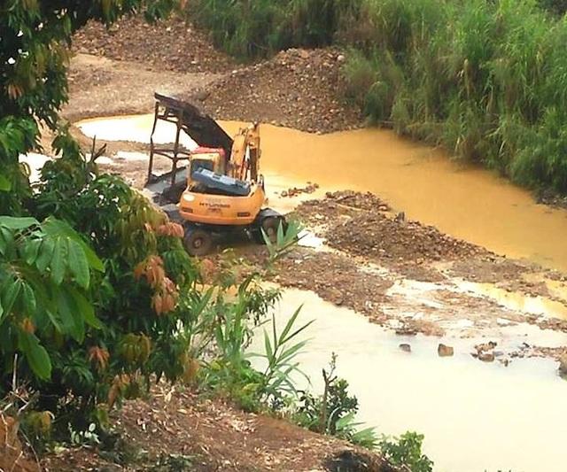 Người dân khó tin khi chính quyền địa phương không biết máy xúc, máng sàng và ô tô tải khai thác cát tặc ngay dưới suối Ba Cô. (Ảnh chụp sáng 9/12).