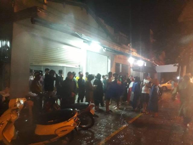 Người dân cùng tham gia tìm kiếm nạn nhân.