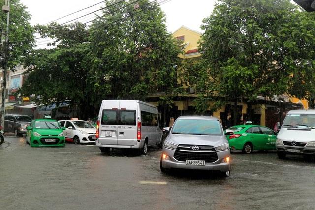 Các xe du lịch, taxi… rối khi không tìm ra lối đưa du khách vào phố cổ Hội An.