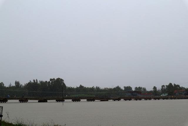 Đường qua cầu Hà Tân đã xuống cấp nghiêm trọng, mưa lớn khiến nước sông dâng cao rất nguy hiểm
