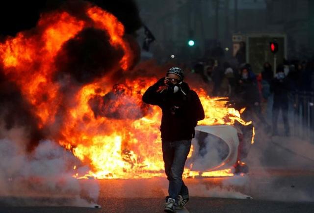 """Ngày 8/12, người biểu tình """"Áo vàng"""" tiếp tục xuống đường tuần thứ 4 liên tiếp, sau cuộc bạo loạn quy mô lớn nhất trong 5 thập niên tuần trước. Bạo động nhanh chóng diễn ra khi những người xuống đường tiếp tục đụng độ với lực lượng an ninh."""