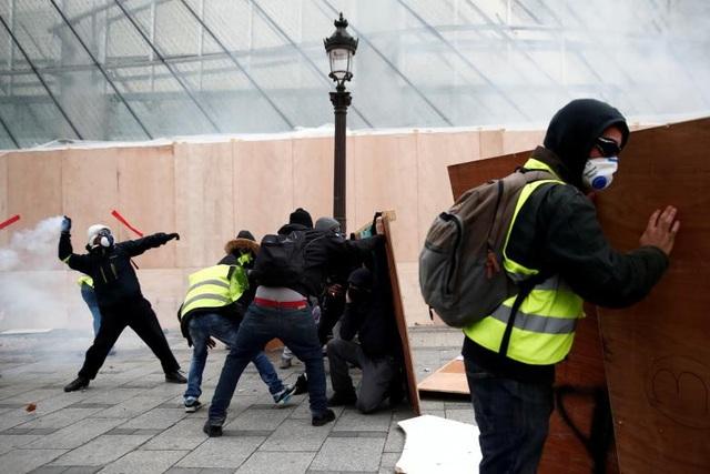 """""""Trong các cuộc biểu tình trước đó, cảnh sát thường cố gắng hạn chế sử dụng hơi cay ngay cả khi họ bị người biểu tình ném đồ vật vào người. Họ sẽ cố gắng cố thủ cho tới khi cảm thấy mức độ sự việc đẩy lên nghiêm trọng và phải hành động. Tuy nhiên, tại cuộc biểu tình lần này, khi người tham gia ném một vài vật vào người họ, họ phản ứng lại gần như lập tức. Không chỉ có hơi cay, họ còn sử dụng vòi phun và xe bọc thép được điều động tới Paris lần đầu tiên từ năm 2005"""", cô Dubenskij nói."""